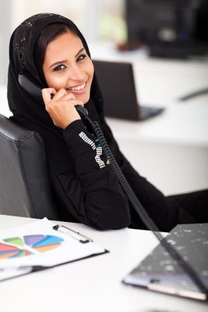 fille arabe: affaires attrayant arabe parlant au téléphone de bureau Banque d'images