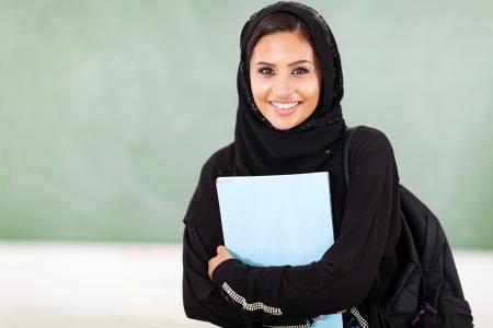 femme musulmane: belle étudiante milieu collège est, face tableau noir