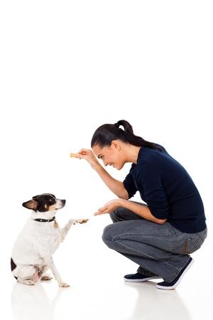 mujer con perro: joven y bella mujer entrenando a su perro Foto de archivo