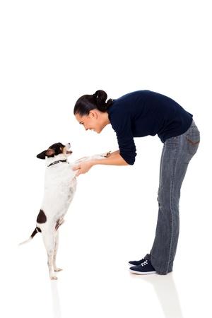 mujer con perro: capacitación mujer bonita de un perro aislado en el fondo blanco Foto de archivo