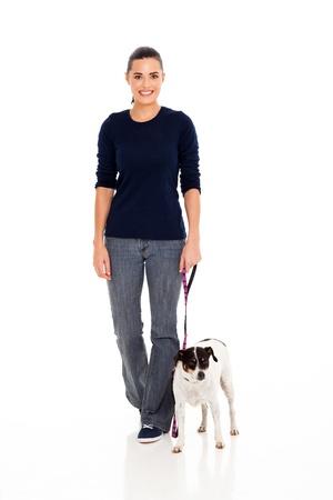 femme et chien: jolie jeune femme marchant avec son chien isol� sur blanc