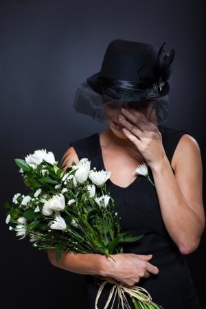 luto: viuda triste llorando al marido