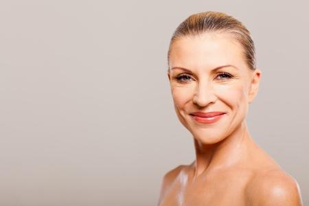 piel humana: retrato de una mujer de mediana edad sonriendo feliz