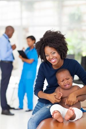 bebe enfermo: africano madre y su beb� enfermo espera para el chequeo m�dico en