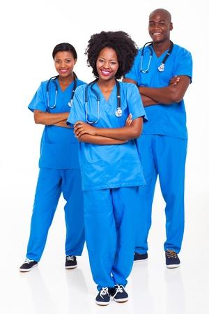 grupo de doctores: grupo de trabajadores del hospital africano retrato en blanco