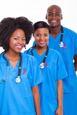 pielęgniarki: Grupa afrykańskich pracowników medycznych z czerwoną wstążką na świadomości HIV
