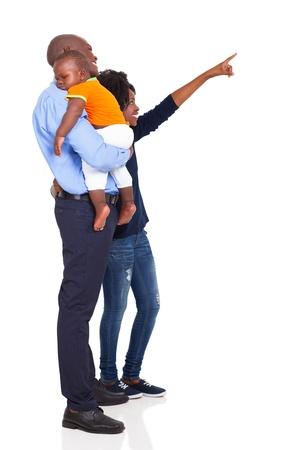 アフロアメリカン: 白い背景で隔離の空のコピー スペースを指してアフロ アメリカンの若い家族