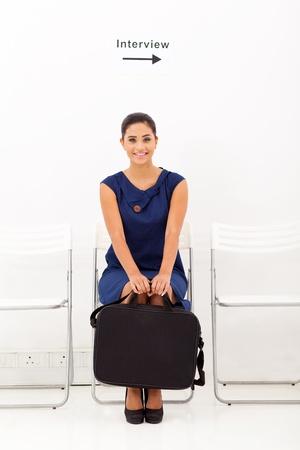 entrevista: solicitante joven mujer espera de la entrevista de trabajo