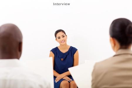 entrevista de trabajo: solicitante joven hembra durante la entrevista de trabajo