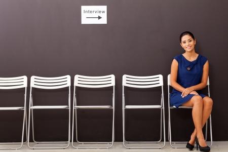vacante: hermosa empresaria esperando entrevista de trabajo
