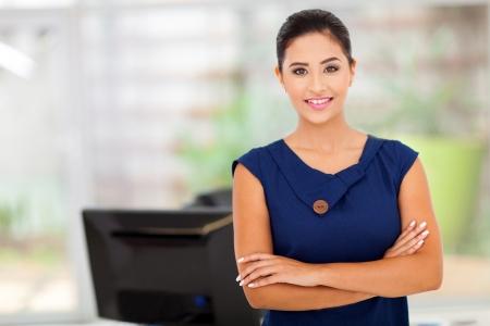 fille indienne: portrait de femme d'affaires dans son bureau caucasien Banque d'images