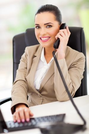 beaufitul standardiste femme répondant par téléphone Banque d'images