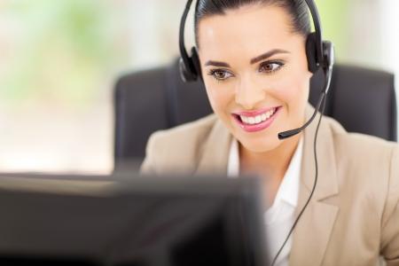 secretaria: bastante apoyo femenino operador de centro con auriculares Foto de archivo