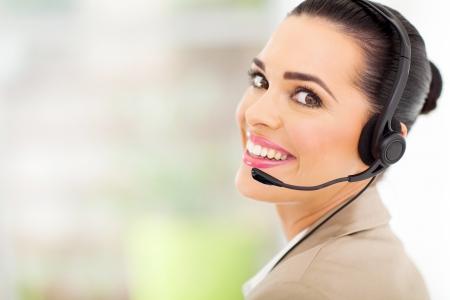 ヘッドセットとの陽気な女性コール センター テレマーケティング