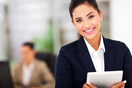 タブレット コンピューターを保持している若い魅力的なビジネス女性 写真素材