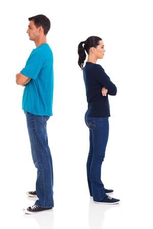novios enojados: pareja joven enojado aislado sobre fondo blanco
