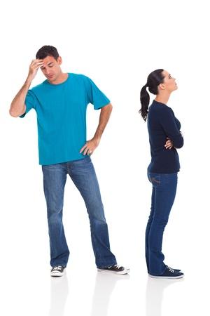 pareja enojada: marido y mujer infeliz argumentando aislado sobre fondo blanco Foto de archivo