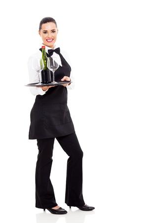 lazo negro: linda camarera con una bandeja de vino y el vidrio aislado en blanco