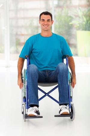 sillas de ruedas: Hombre perjudicado optimista sentado en silla de ruedas