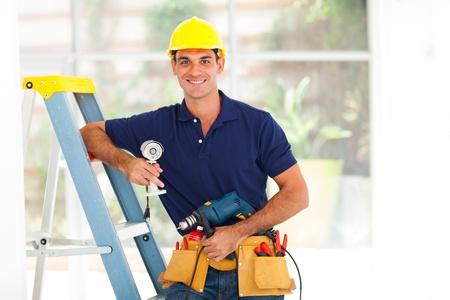 seguridad laboral: chico cctv guapo con herramientas y cámaras de seguridad Foto de archivo