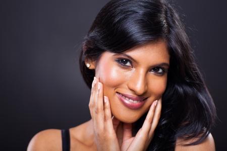 fille indienne: près portrait de belle femme indienne sur fond noir Banque d'images