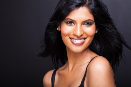 modelos negras: cerca retrato de la bella modelo indio joven aislado en fondo negro