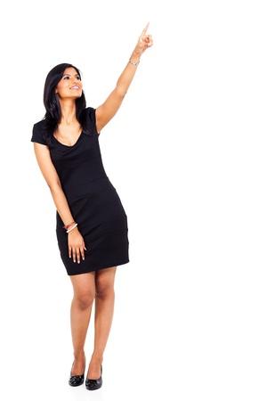 apontador: corpo inteiro de uma mulher jovem indiano apontando para cima isolado no fundo branco Banco de Imagens
