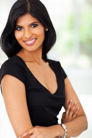 American Indian: retrato de joven mujer de negocios muy indio en la oficina