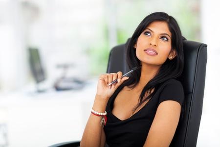 mujeres pensando: hermosa joven empresaria pensativo mirando hacia arriba