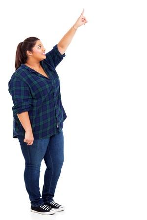 mujer gorda: mujer feliz apuntando hacia arriba Foto de archivo