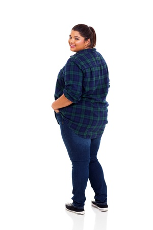 mujer gorda: sonriente mujer de talla plus mirando hacia atr�s aislados sobre fondo blanco