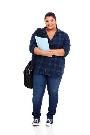 mujeres gordas: Retrato de una hermosa estudiante de colegio femenino con sobrepeso aislado en fondo blanco