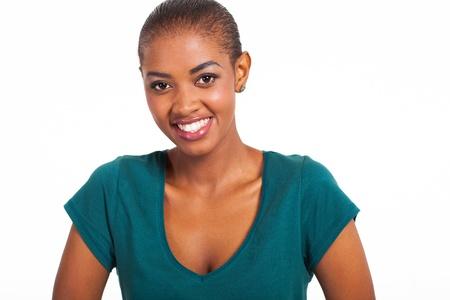 mujer sola: cerca retrato de la joven y bella mujer de raza negra
