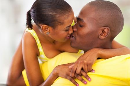 pareja apasionada: joven afro americano pareja besándose Foto de archivo
