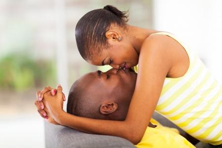 besos apasionados: pareja joven afroamericano besos y coquetear