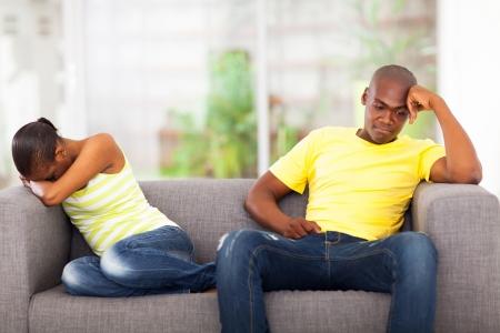 couple fach�: jeune couple afro avoir conflit assis sur le canap� Banque d'images