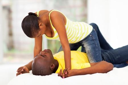 pareja en la cama: pareja áfrica coquetear en la cama Foto de archivo