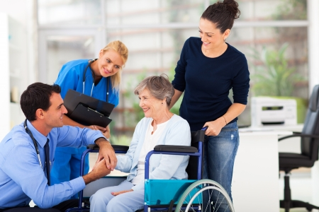 male doctor: amichevole medico maschio confortante paziente anziano