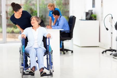 silla de ruedas: hermosa hija amorosa teniendo altos médico visitando madre