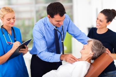 enfermera con paciente: m�dico examina al paciente mayor en oficina