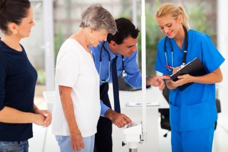 monitoreo: peso médica de seguimiento médico del paciente mayor con su asistente