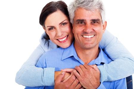 vecchiaia: amorevole coppia di mezza et� su sfondo bianco
