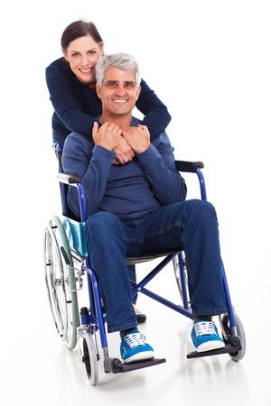 persona en silla de ruedas: hermosa mujer de mediana edad de apoyo y su marido discapacitado aislado en fondo blanco