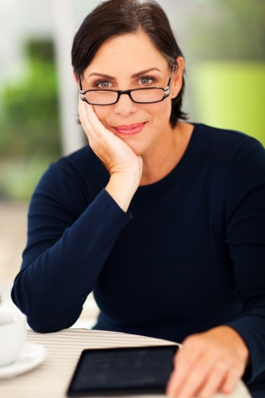 vecchiaia: sorridente elegante donna di mezza et� di relax a casa
