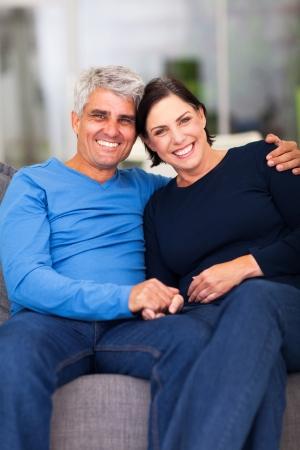 damas antiguas: retrato del amor de pareja madura relajante en casa Foto de archivo