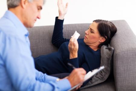 psicologia: malestar mujer de mediana edad hablando con su terapeuta en la oficina