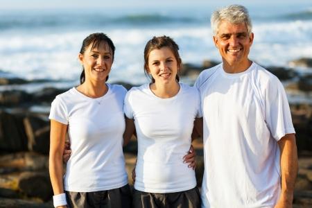 madre e hija adolescente: adorable familia en forma en la playa después de hacer ejercicio