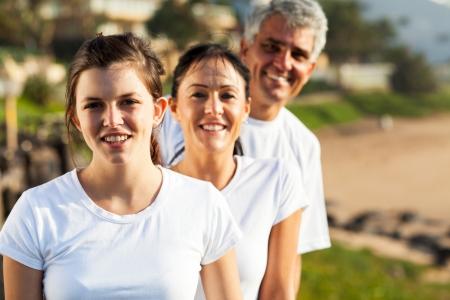 familia saludable: retrato de familia sana en la playa por la ma�ana Foto de archivo
