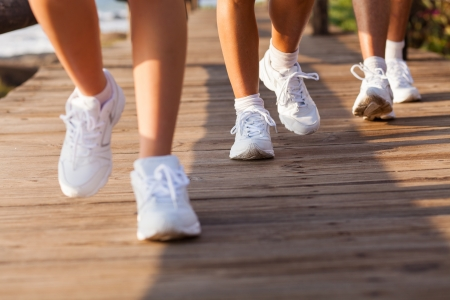 personas caminando: grupo de personas caminando en la playa para hacer ejercicio en la ma�ana