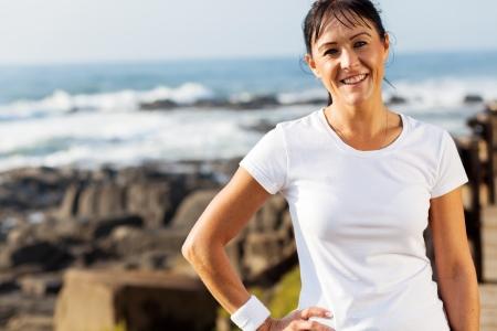 mujer sola: adaptarse retrato de mujer de mediana edad en la playa en la ma�ana Foto de archivo